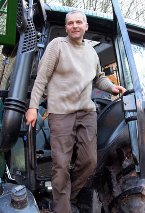Gérard CARASOL dans son tracteur VALTA